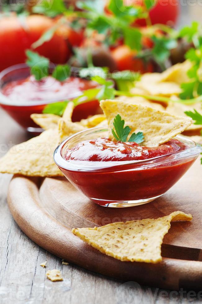 concept van Mexicaans eten met pittige salsa foto