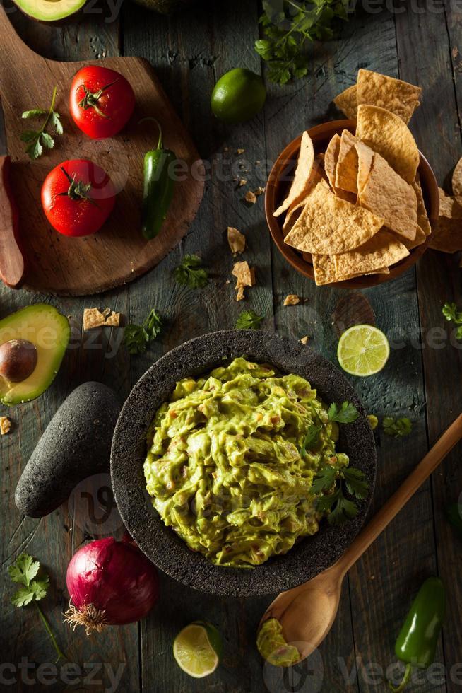 zelfgemaakte verse guacamole en chips foto