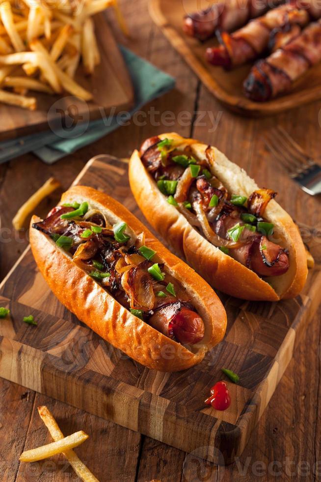 zelfgemaakte in spek gewikkelde hotdogs foto