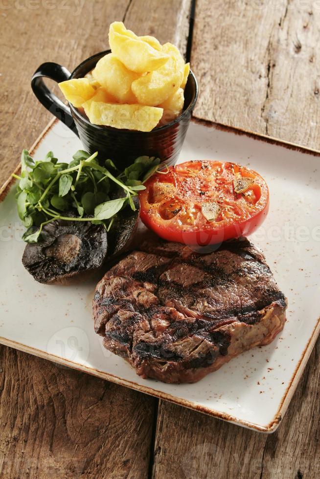 rib eye steak vergulde maaltijd foto