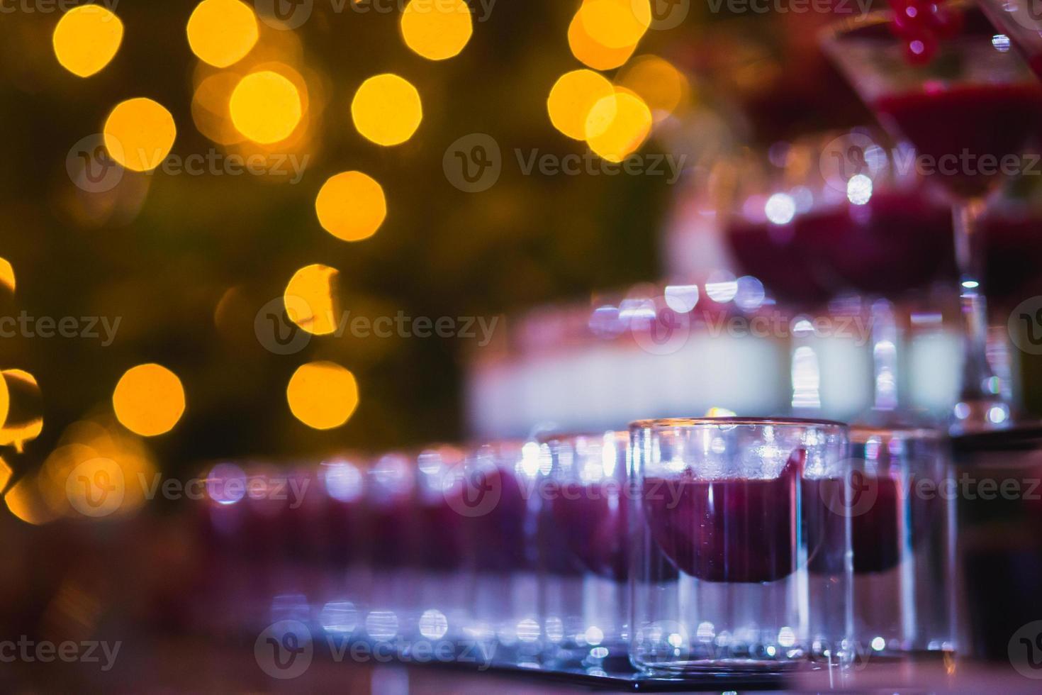 lijn van verschillende gekleurde alcoholcocktails op een openluchtfeest foto