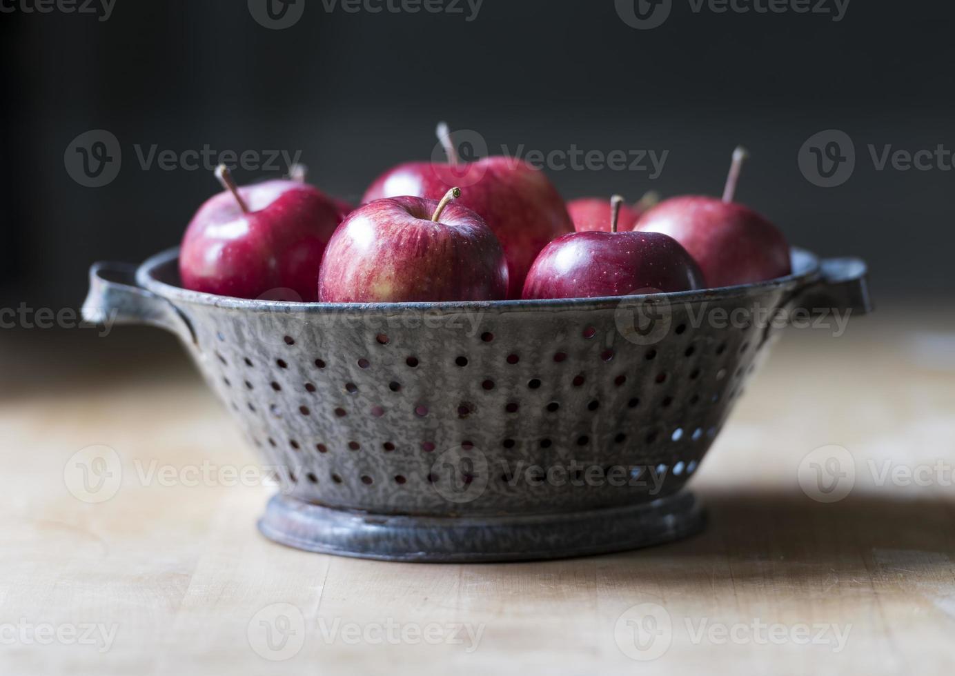 heerlijke rode appels in een antiek geëmailleerd tinnen vergiet foto
