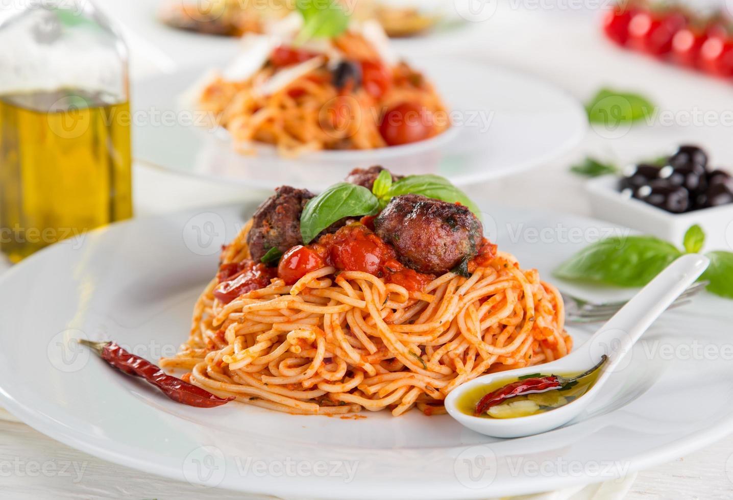 Italiaanse pasta met tomaat foto