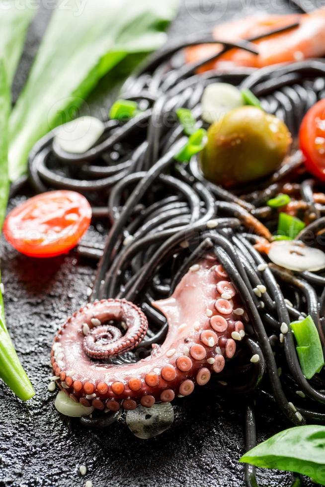 spaghetti bolognese met garnalen en verse kruiden foto