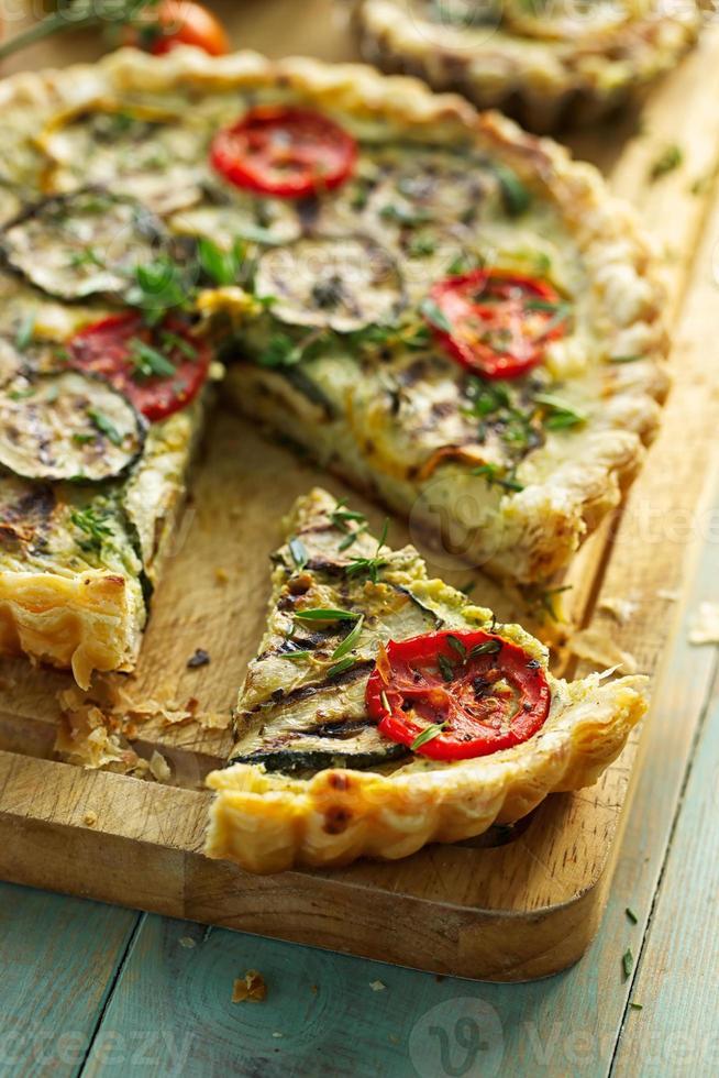 Courgette taart met tomaat en kruiden foto