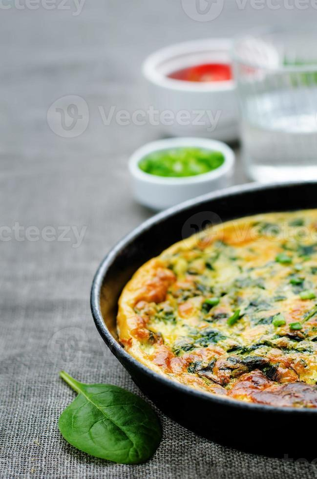 gebakken omelet met spinazie, dille, peterselie en groene uien foto