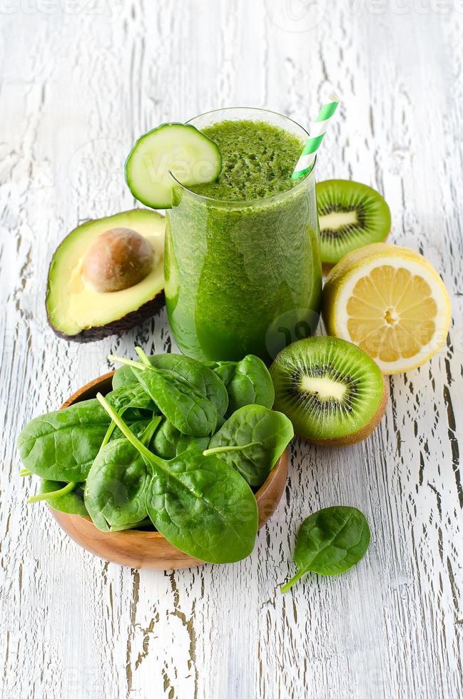 groene verse gezonde detox smoothie met spinazie, avocado, kiwi. foto