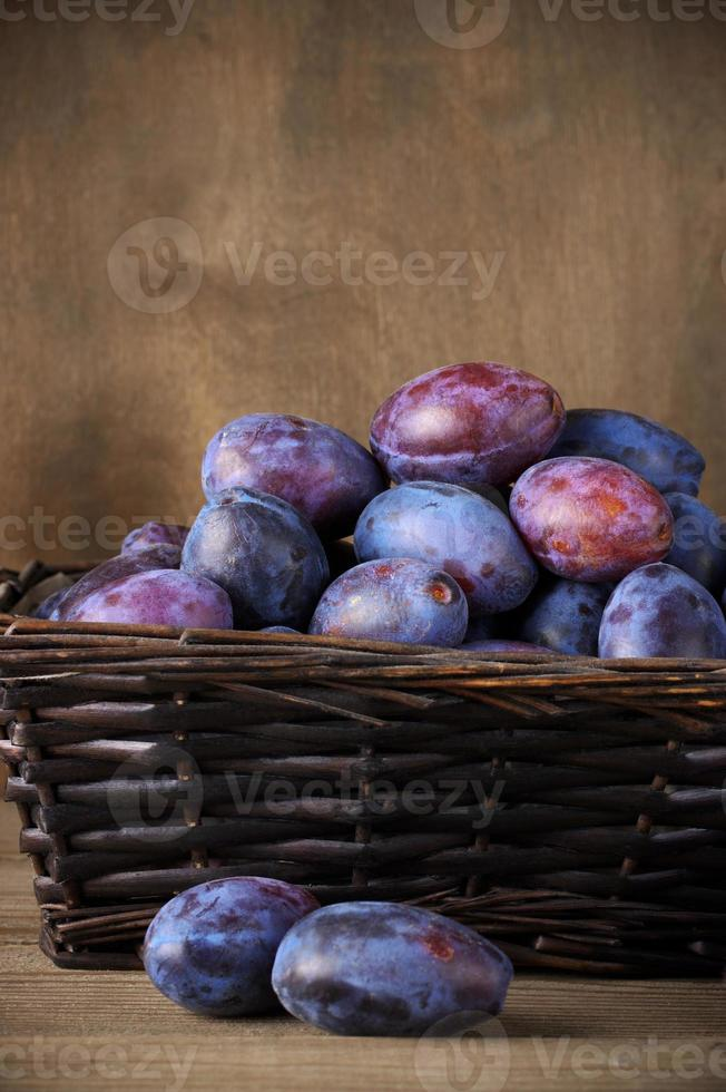 blauwe pruimen in de mand foto