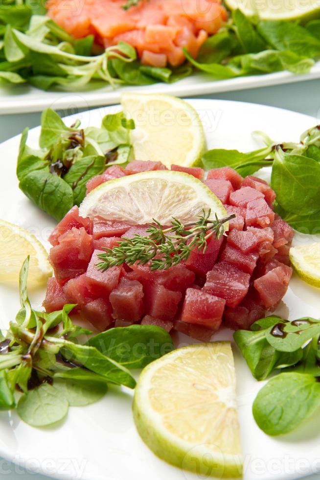 tartaar van zalm, tonijn en zwaardvis foto