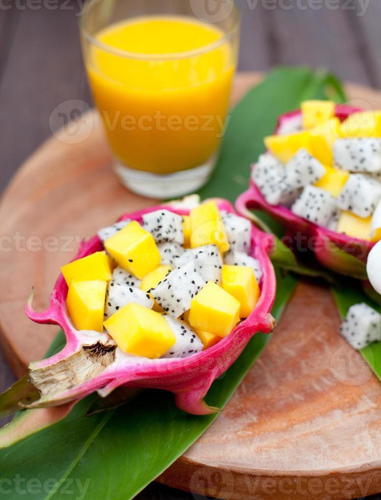 tropische fruitsalade in pitahaya, drakenkommen met mangosap. foto