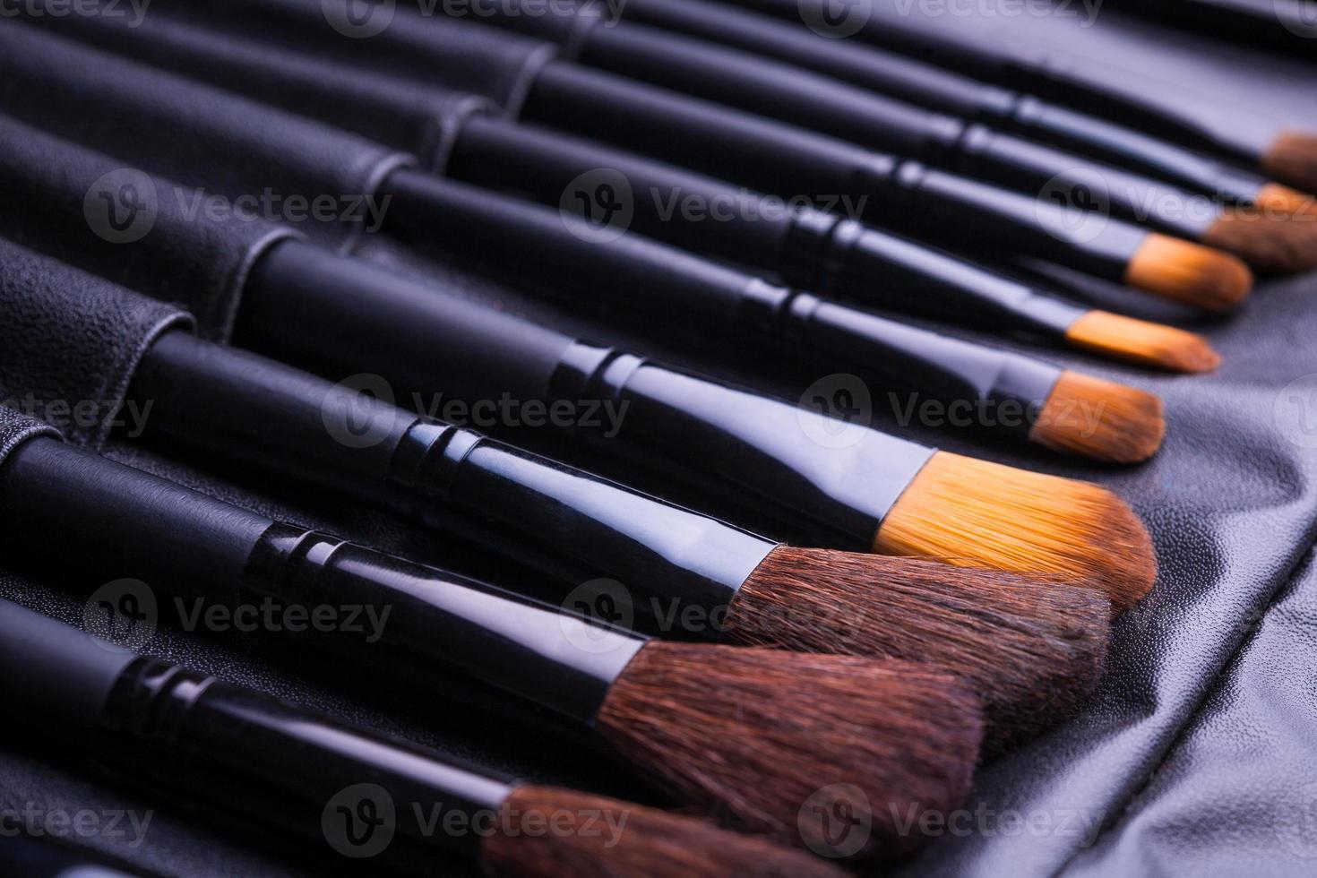 set van zwarte make-up borstels in rij foto