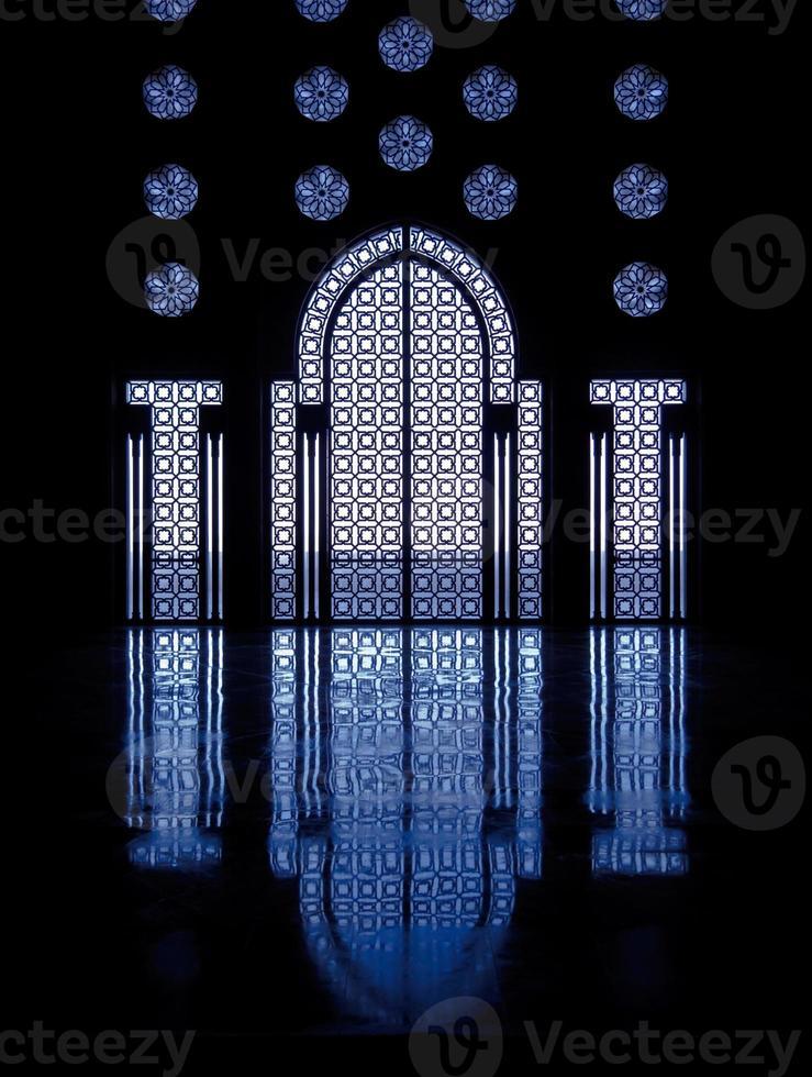 blauwe reflecties door ramen die de deur naar de moskee omlijsten foto