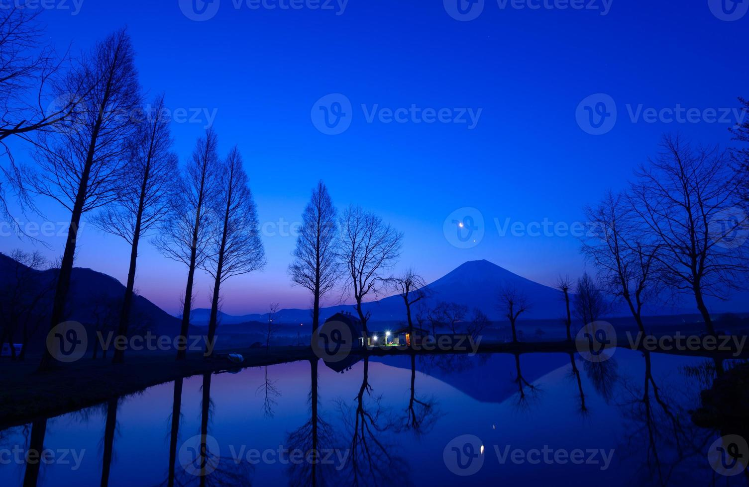 mt.fuji en een kleine vijver bij zonsopgang foto