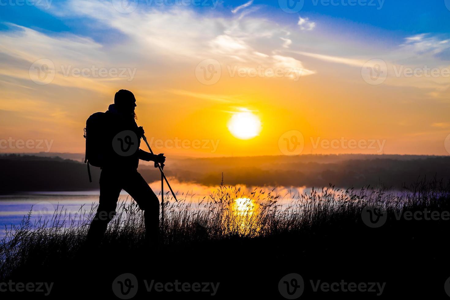 het silhouet van de vrouwelijke wandelaar foto