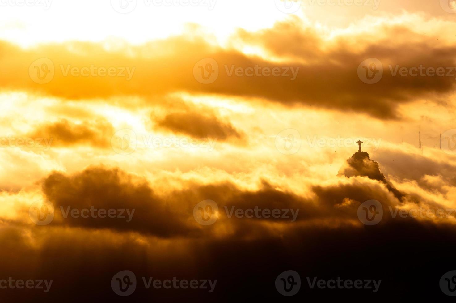 Christus het Verlosserstandbeeld in wolken foto