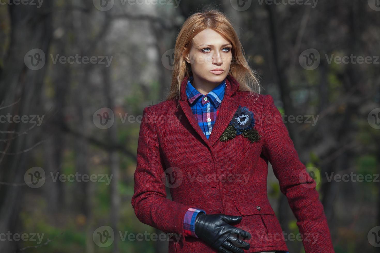 mooie blonde vrouw in tweed jas in herfst bos foto
