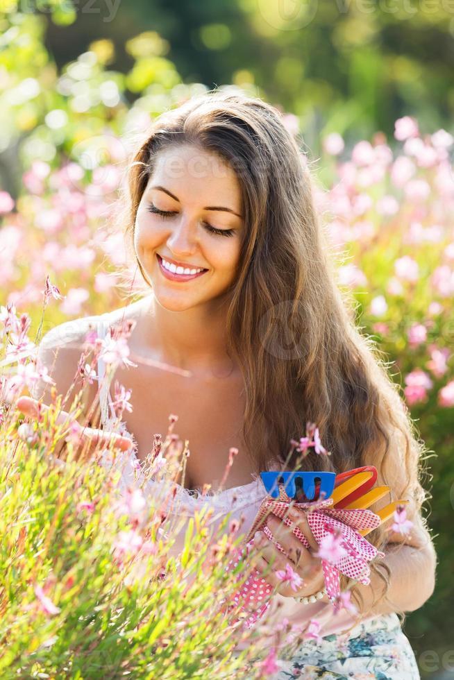 vrouwelijke bloemist in zomertuin foto