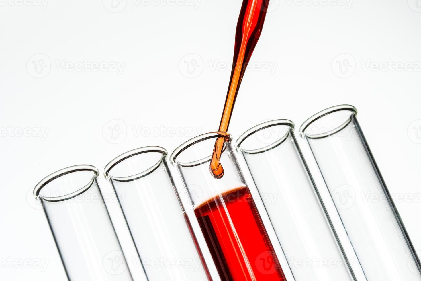 reageerbuisjes en pipet drop, laboratoriumglaswerk foto