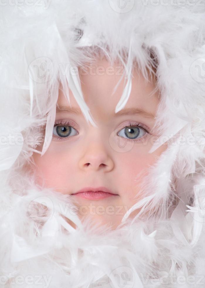 klein meisje met witte veren foto