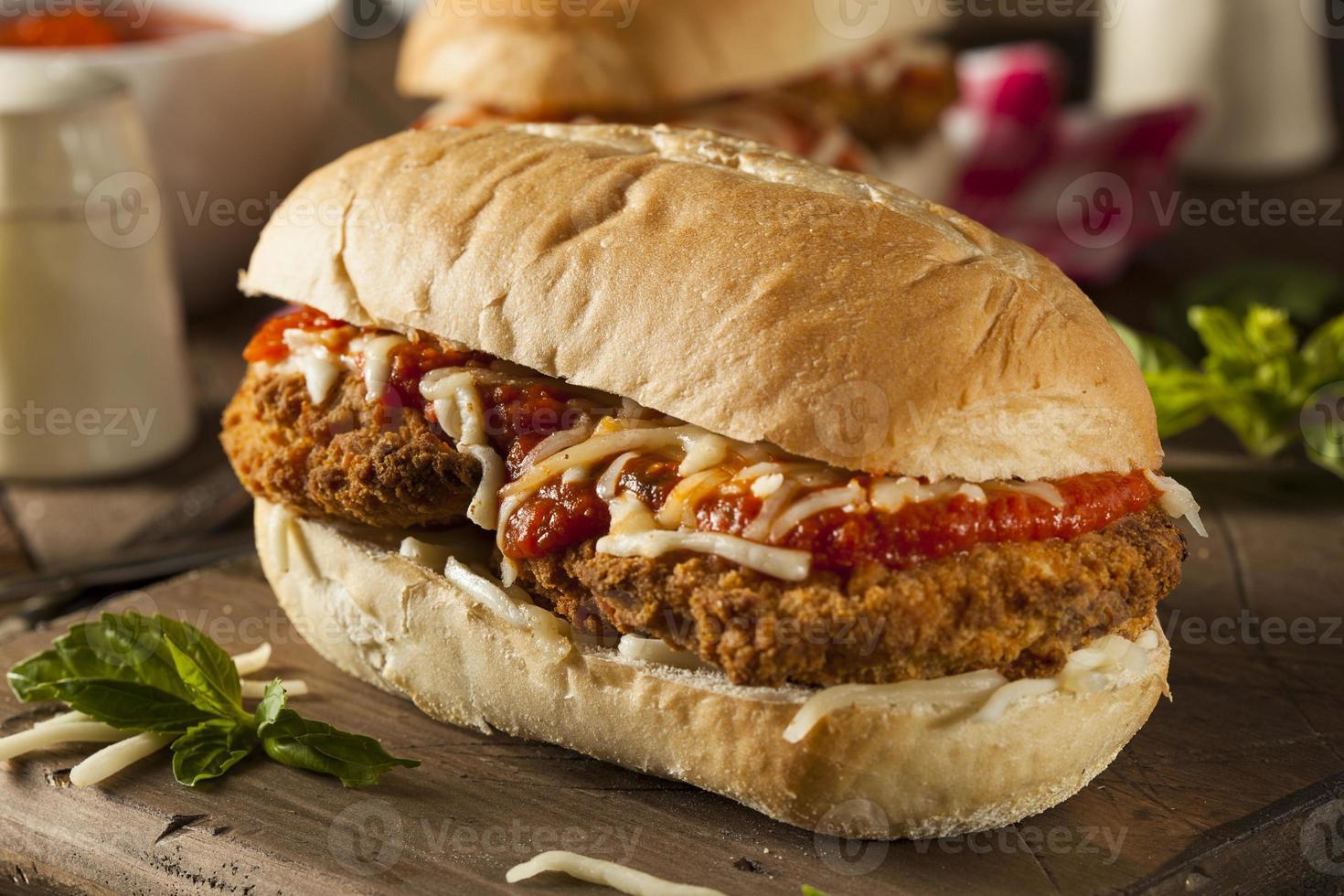 hartige zelfgemaakte kip parmezaanse sandwich foto