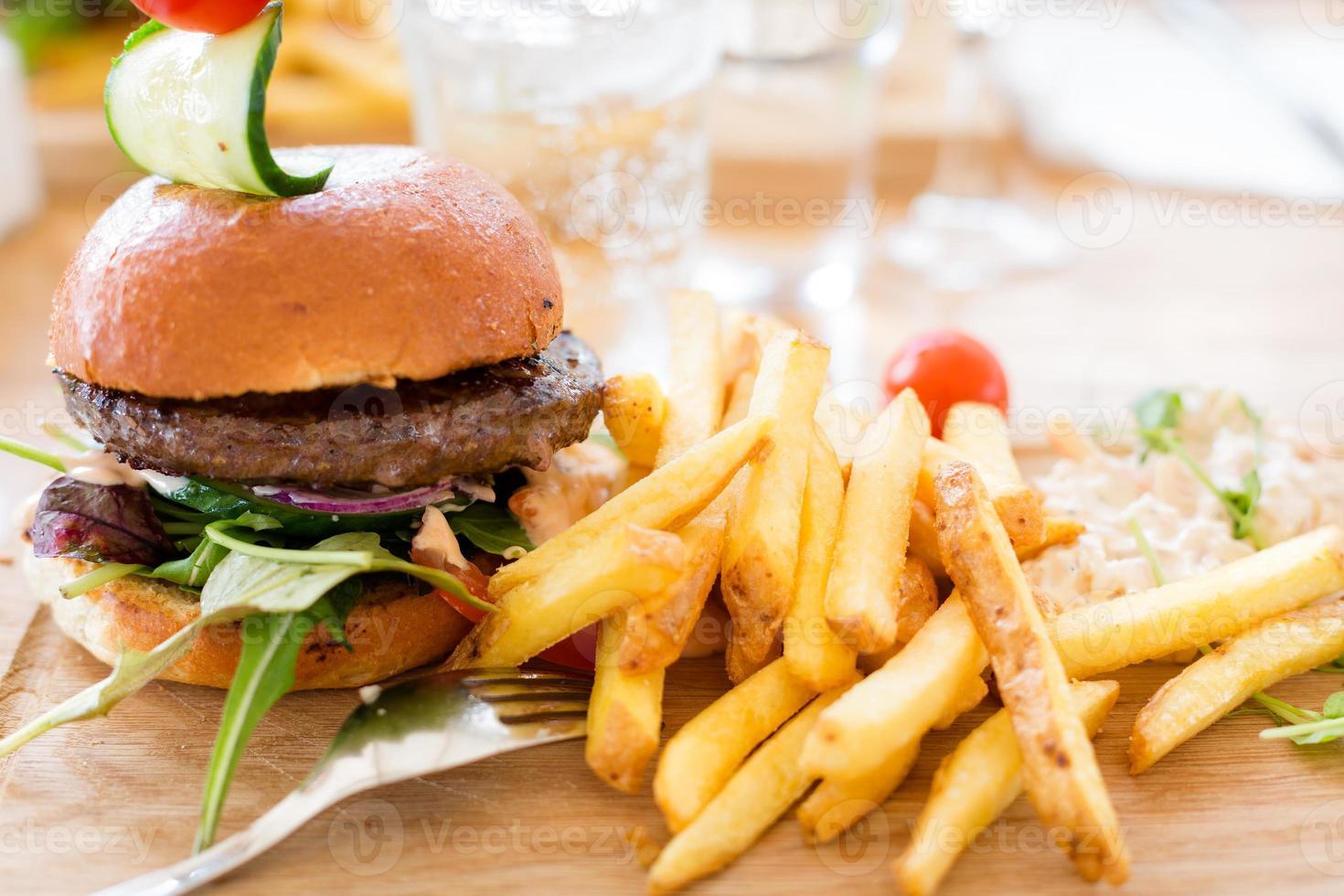 hamburger met frietjes. foto