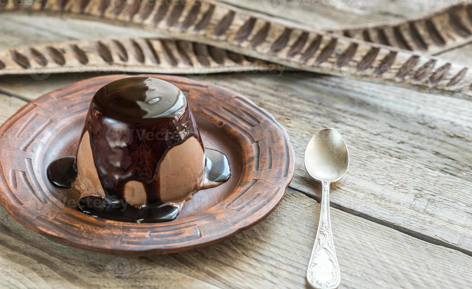 koffie panna cotta onder chocolade topping foto