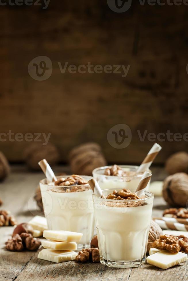dessert van witte chocolade en walnoten foto