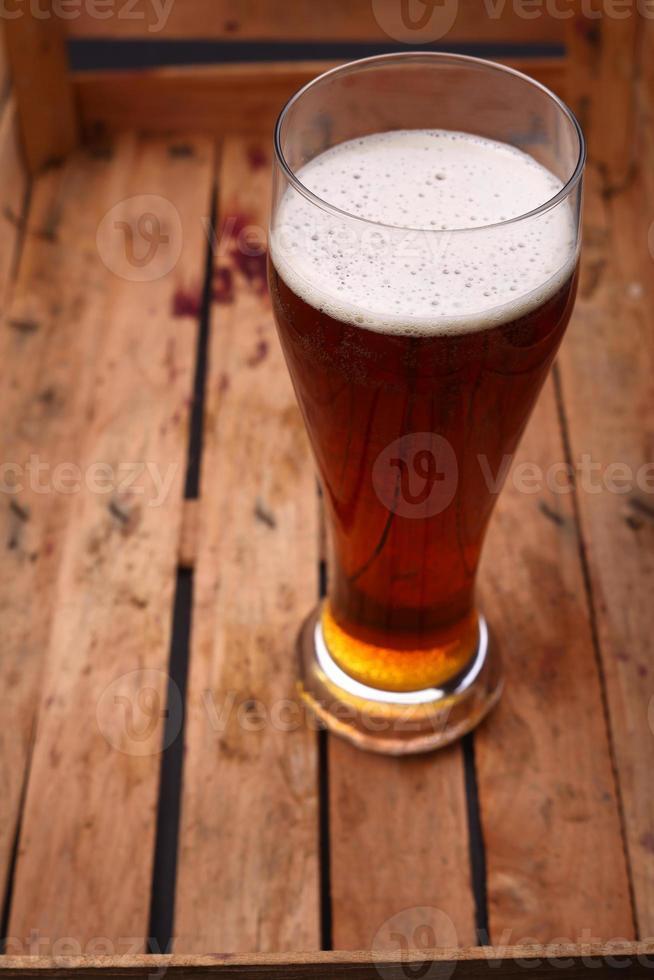 groot glas bier in een krat foto