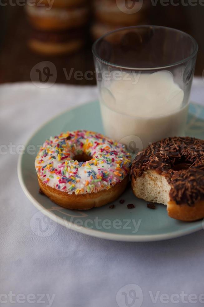 donuts met een glas melk foto