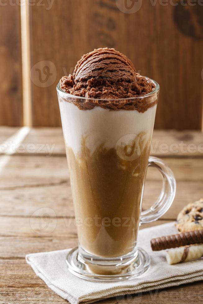 ijskoffie met melk en chocolade-ijs foto