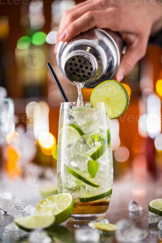 mojito cocktail drinken op toog foto