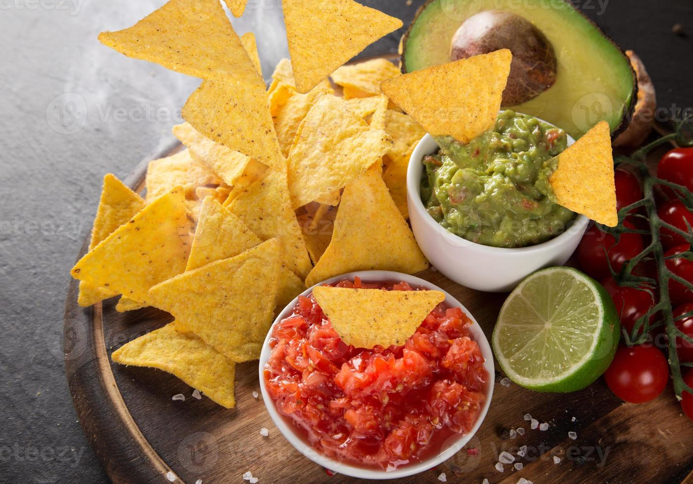 guacamole met nacho's in de vriesbeweging foto