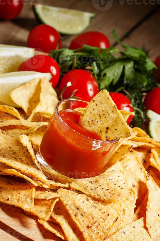 nacho's, tomatensaus, tomaten, groenten, limoen foto