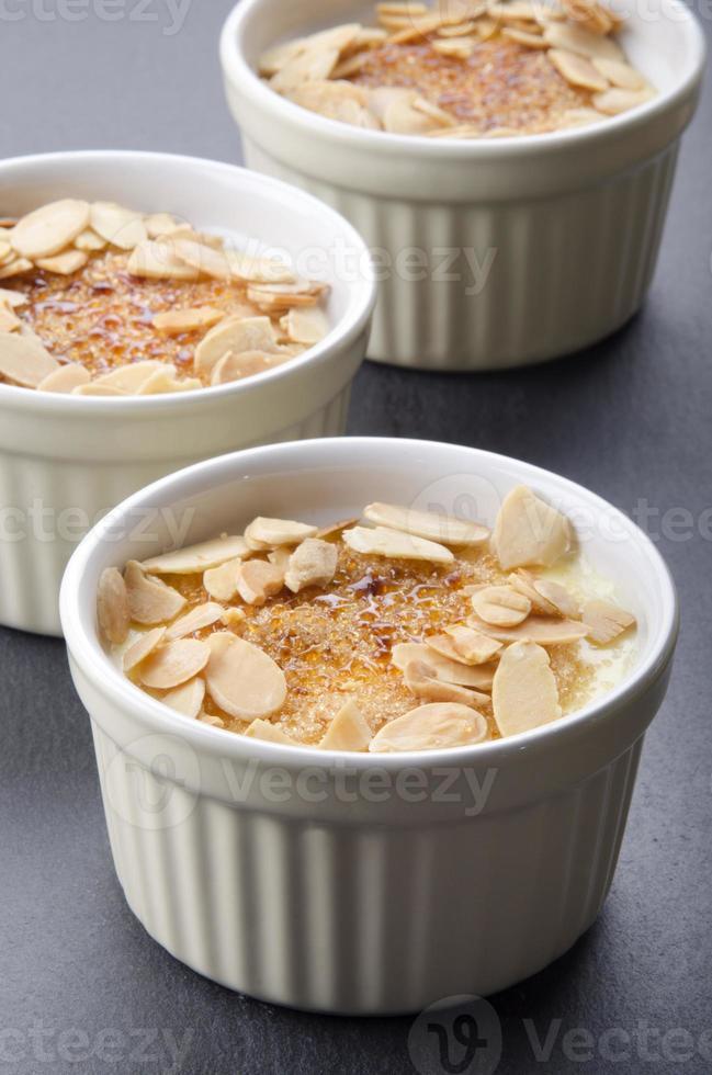crème brulee met geroosterde amandelreepjes foto