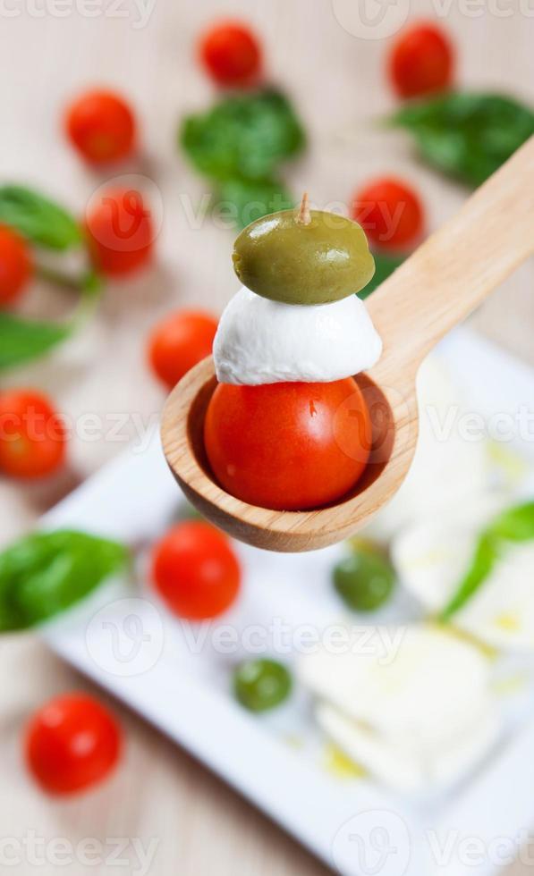 tomanto, mozzarella en olijf foto