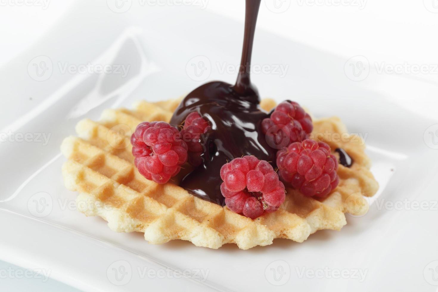 wafel met framboos en chocolade foto