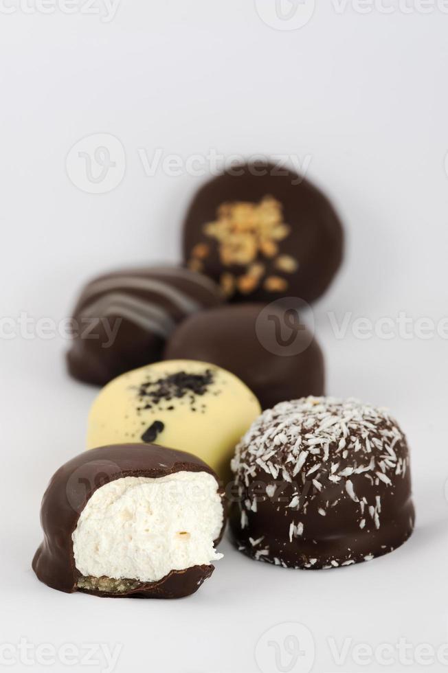 met chocolade bedekte marshmallow-lekkernijen foto
