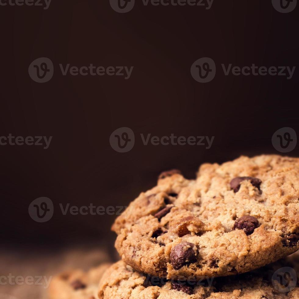 chocoladeschilferkoekjes op houten achtergrond. gestapeld foto