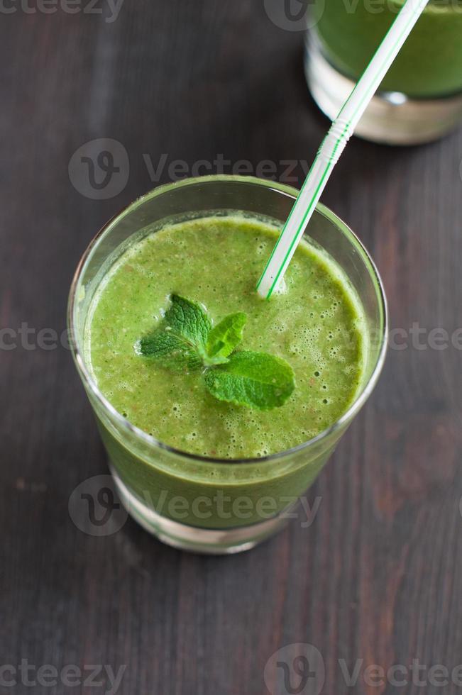 verse zelfgemaakte smoothie met spinazie en bananen foto