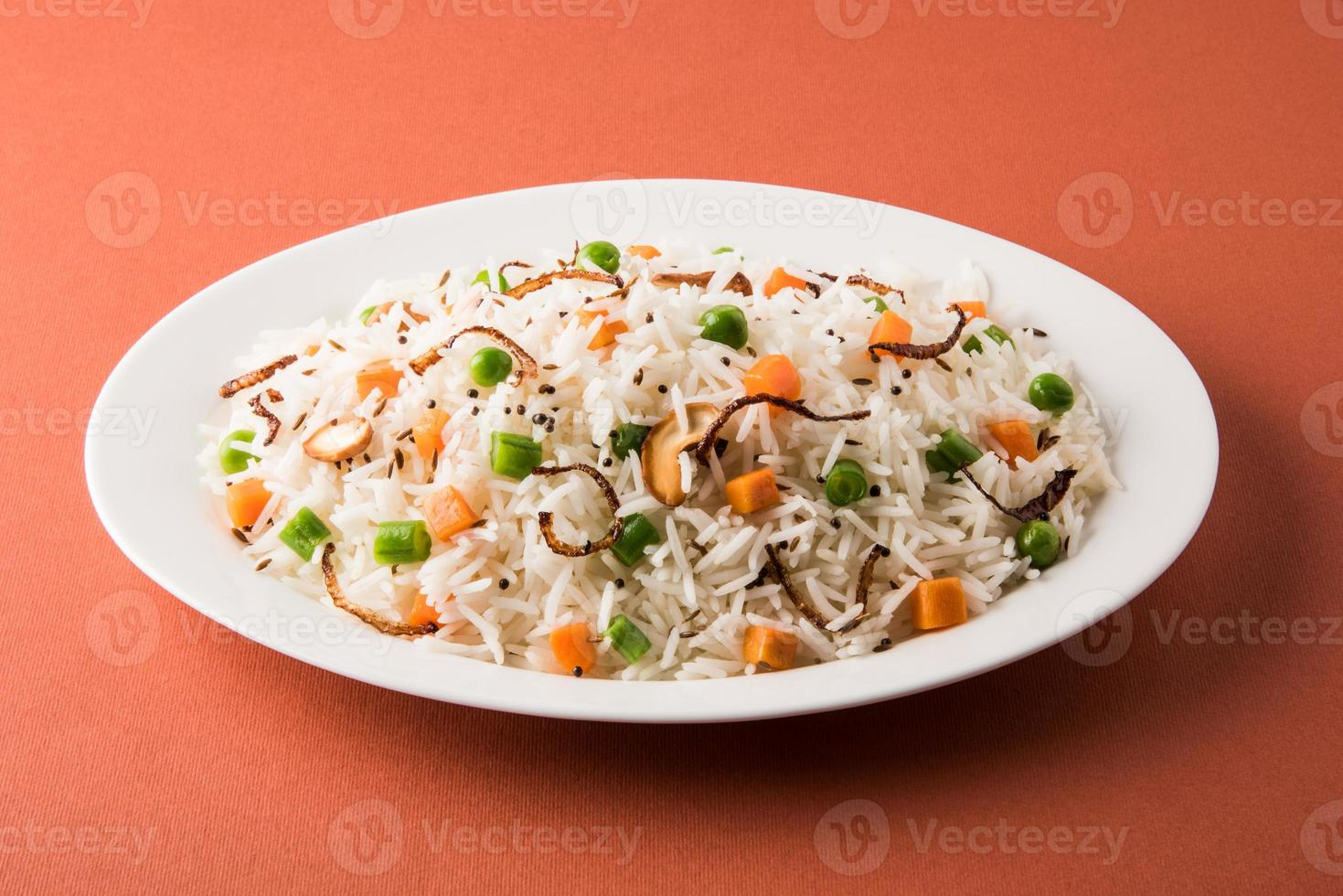 Indiase pulav of groenten rijst of groenten biryani oranje achtergrond foto