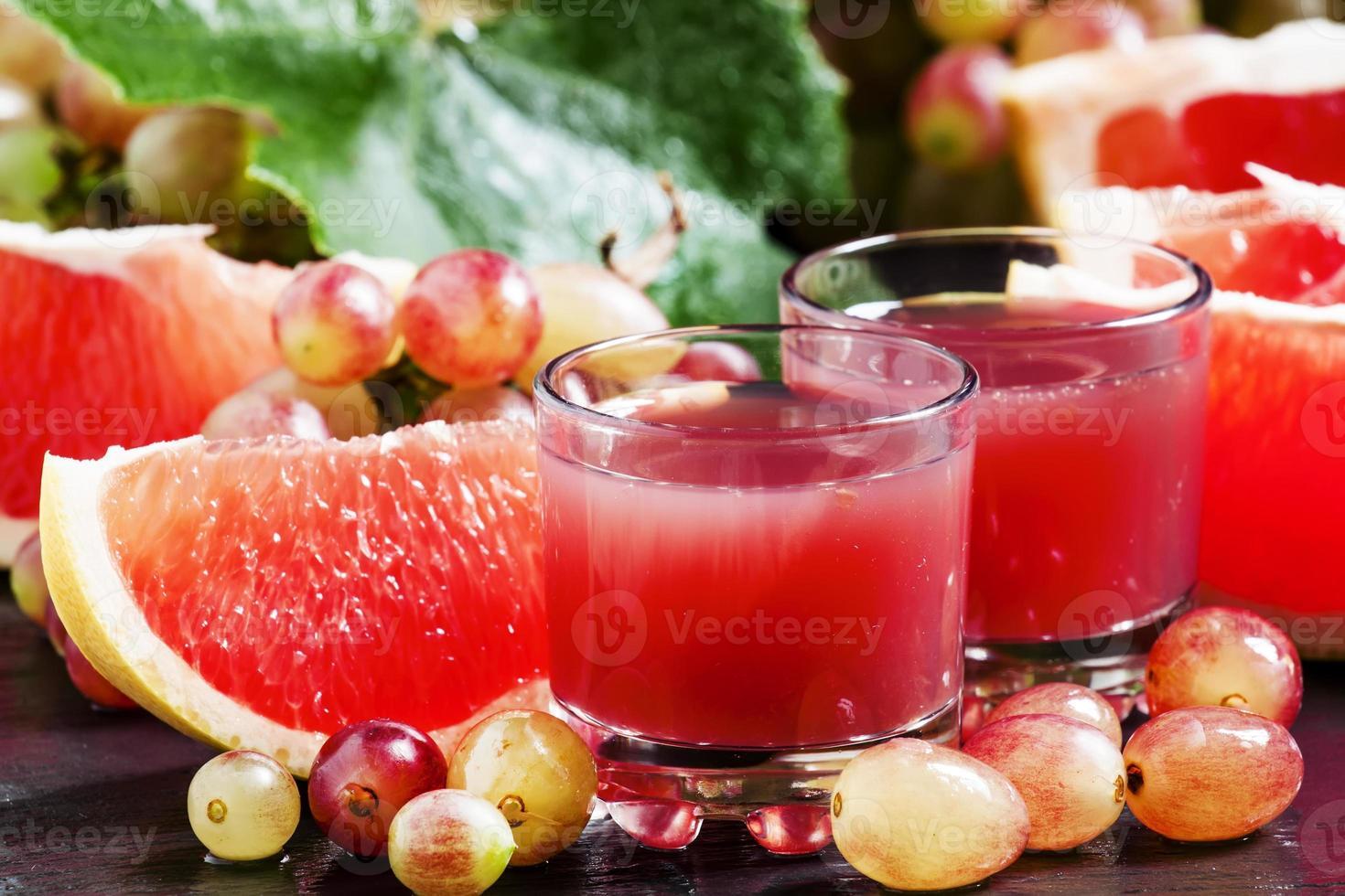 vers sap van rode druiven en grapefruit foto