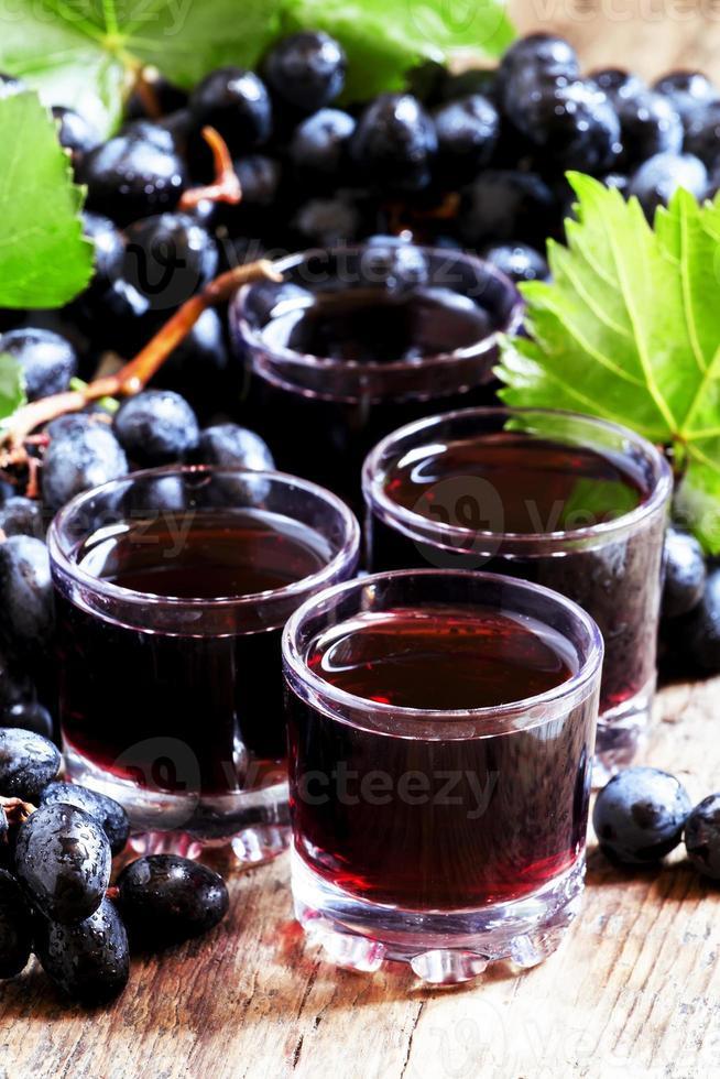 vers donker druivensap en verse bessen foto