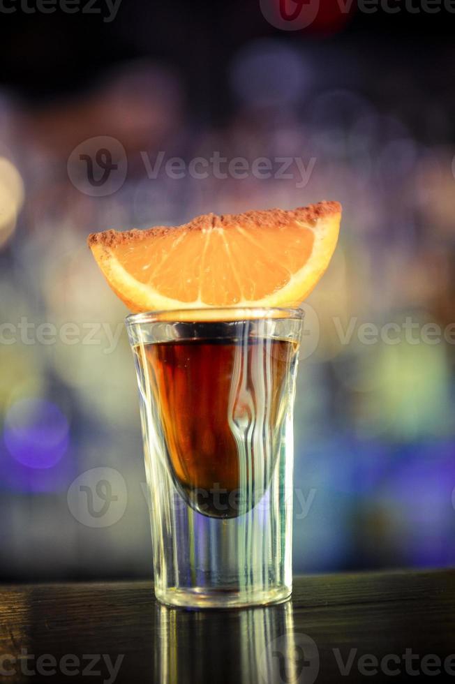tequila geschoten met sinaasappel foto