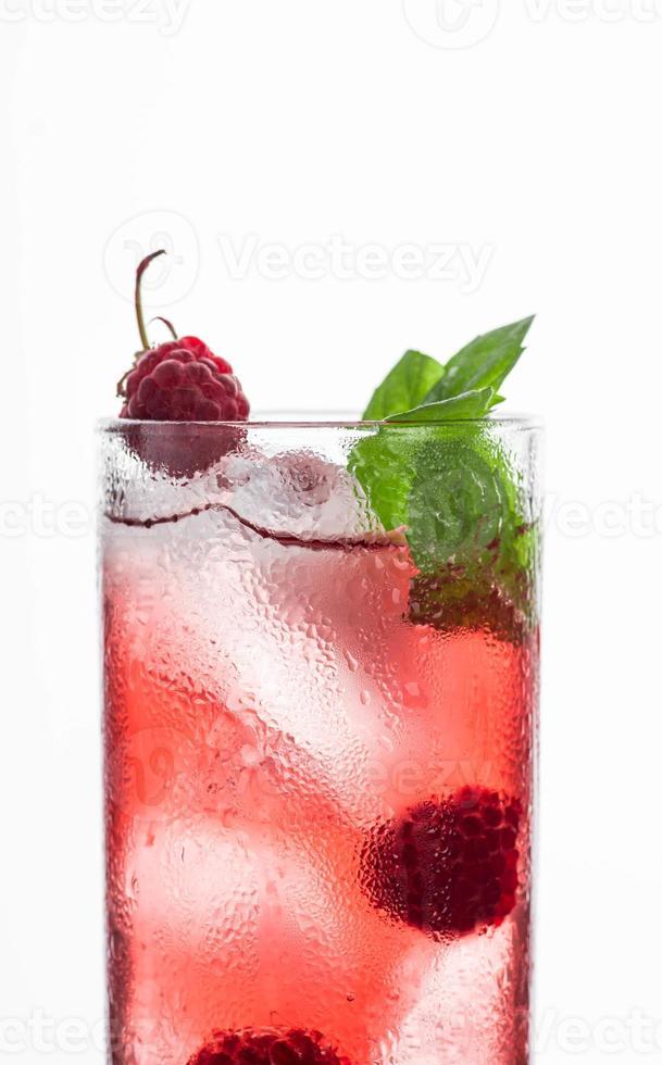 rode cocktail met framboos foto
