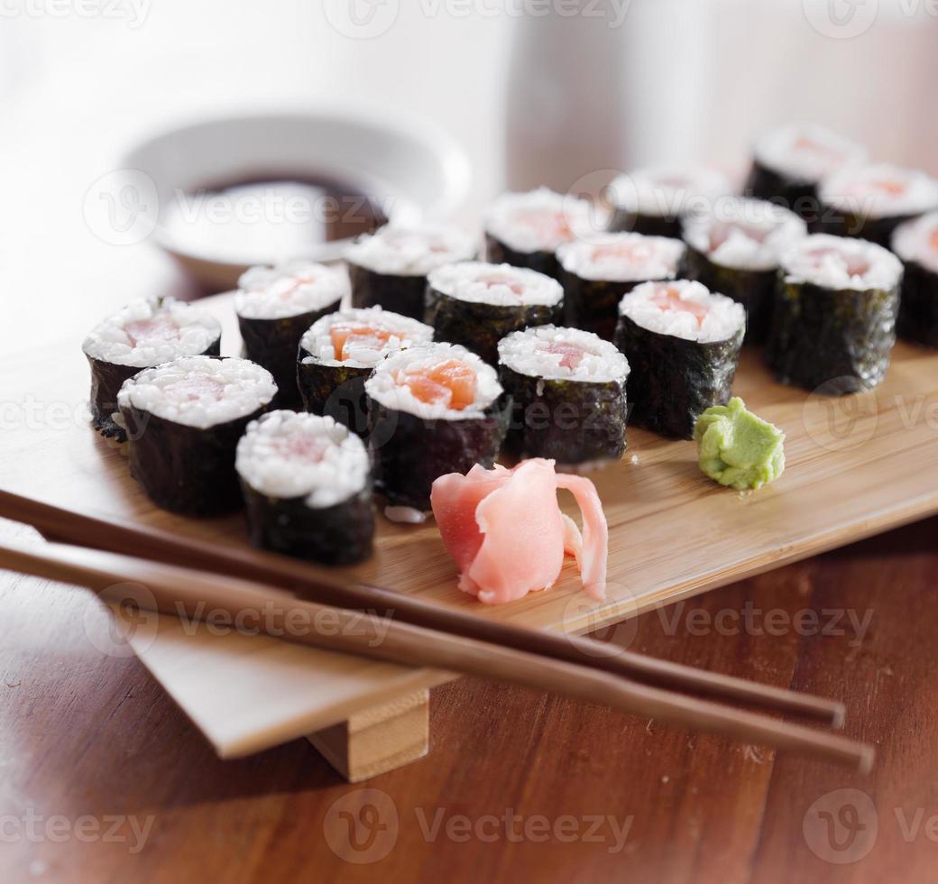 sushi - tonijn en zalm maki roll. foto