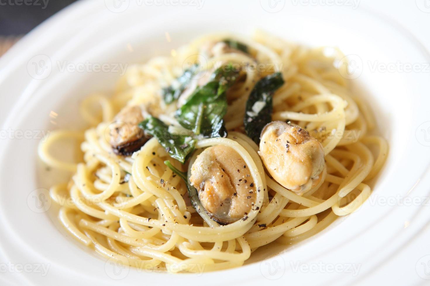 spaghetti met spek en mossel foto