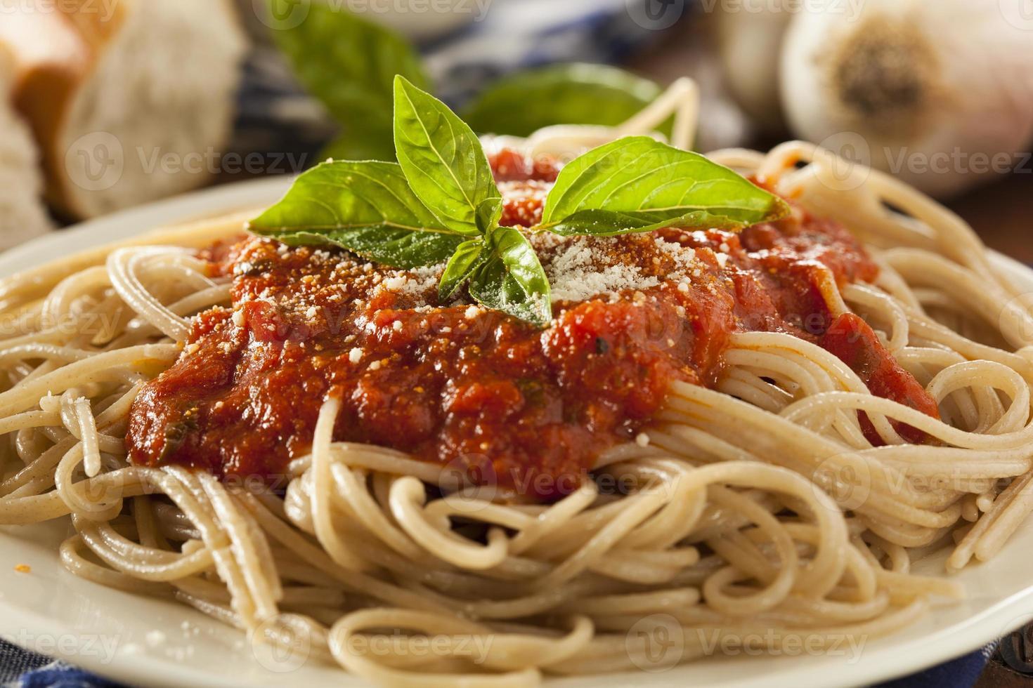 huisgemaakte spaghetti met marinarasaus foto