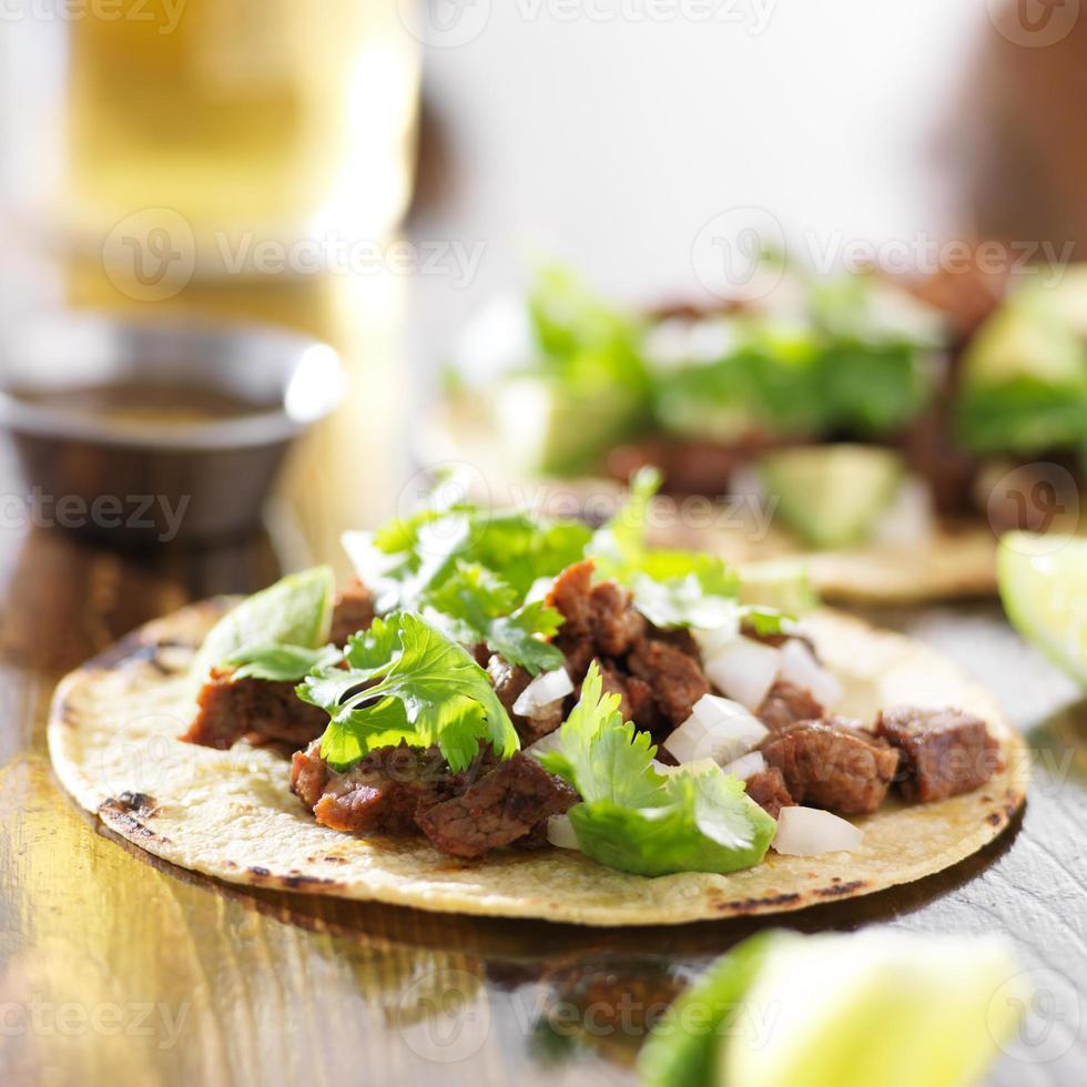Mexicaanse taco's met tortilla van rundvlees en maïs foto
