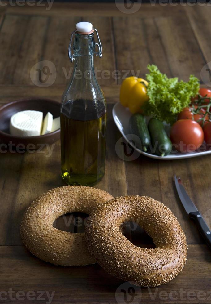 sesamringen op plaat met groenten, olijfolie en kaas foto