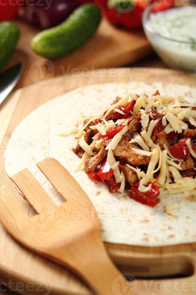 tortilla maken met kip en paprika. serie. foto